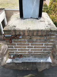 staal-kabel-oude-tv-antenne-om-schoorsteen.jpg